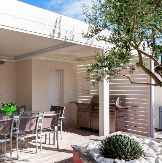 RENSON Algarve terrace cover over dining table and outdoor kitchen